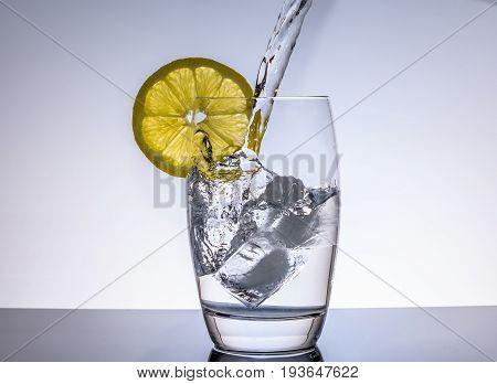 Wasser im Glas als Getränk zum trinken