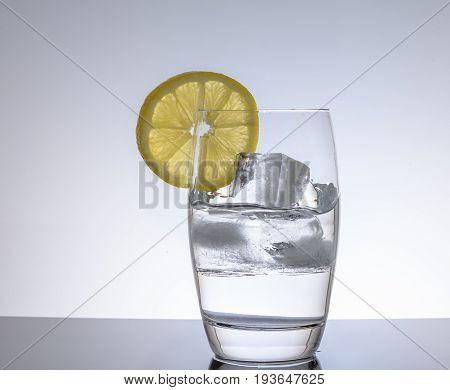 Glas mit Wasser un Zitrone als Erfrischung