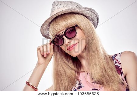 Fashion Portrait Sexy Blond Model in Stylish Sunglasses. Beauty Sensual Lady, Shiny straight hair, fashion Makeup. Trendy Bang Hairstyle. Glamour Girl in fashion Hat. Luxury summer Outfit, Accessories