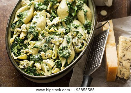 Spinach jumbo seashell pasta with parmesan and blue cheese oven ready bake