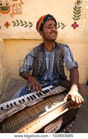 Musician playing traditional rajasthani music in Jaisalmer, Rajasthan, India