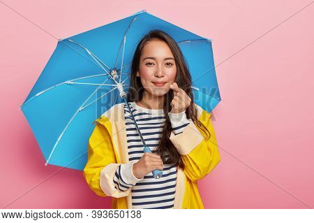 Weather, Autumn And People Concept. Friendly Looking Brunette Lady Make Like Hand Sign, Shapes Littl