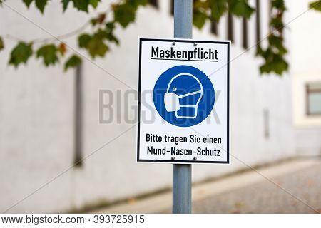 Info Sign In A German City With German Text. Maskenpflicht, Bitte Tragen Sie Einen Mund-nasen-schutz