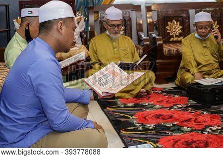 Labuan,malaysia-aug 22,2020:malaysian Muslim Performing Quran Recitation During Aqiqah Ceremony In L