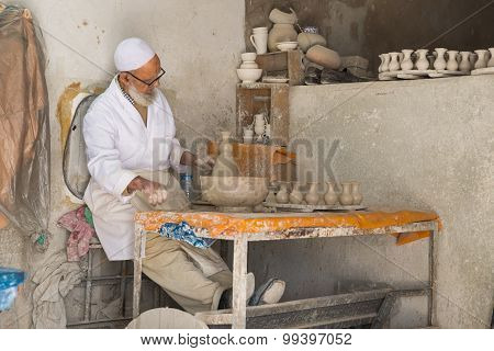 The Old Man Mold The Pottery Vase In Pottery Factory