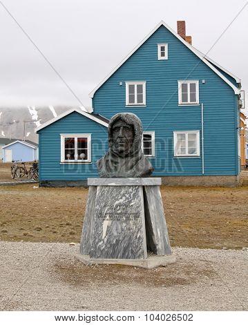 NY ALESUND, SVALBARD, NORWAY - JULY 14, 2015 Statue of Roald Amundsen in Ny Alesund, Spitsbergen (Svalbard), Arctic, Norway