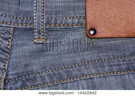 Etiqueta de cuero en blanco en blue jeans