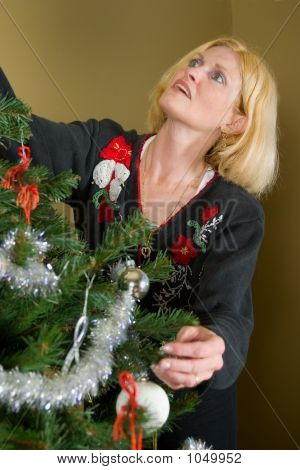 Sandy! Please Decorate The Tree!