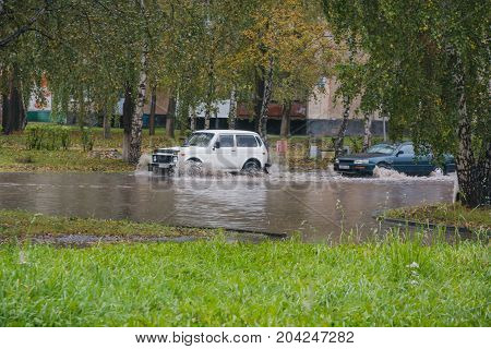 The Car Rolled In A Pool. The Car Broke In Water. Zatomilo Car. Big Pools In The City. The Car Tows.