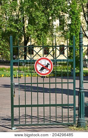 No dogs allowed sign on the fence of the entrance of the park