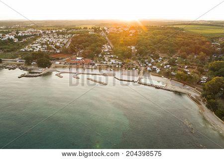 Luftbildaufnahme Von Campingplatz In Der Nähe Von Novigrad, Istrien