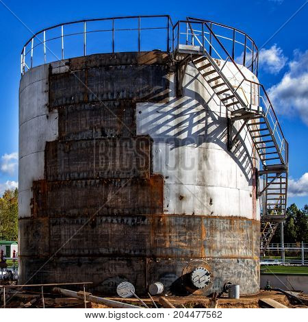 Repair of a large old fuel tank at an oil refinery