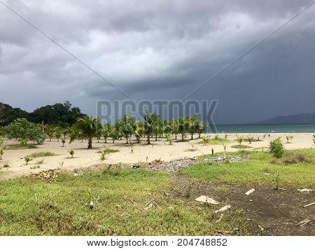 playa de arena blanca con nubosidad en el fondo