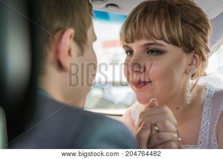 Bride and groom in a car in a wedding day