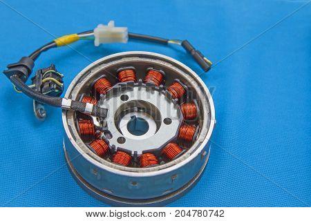 Kit magneto flywheel stator on a blue background