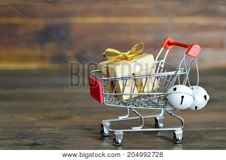 Christmas shopping: Shopping cart with Christmas gift