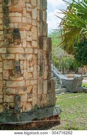 Particolari Delle Pietre Decorative Di Un Tempio Maya, Nell'area Archeologica Di Chichen Itza, Nella