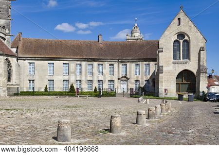 Senlis, France - May 19 2020: Parvise Of The Cathedral Notre-dame De Senlis With The Old Episcopal P