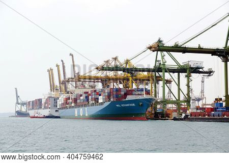Singapore- Mar 22 : Singapore Commercial Port On March 22,2015 In Singapore. It\'s The World\'s Busi