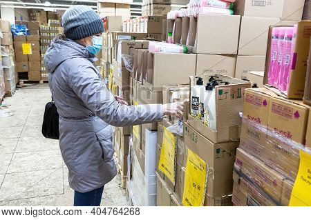 Samara, Russia - January 2, 202: Woman Shopping In The Svetofor Retail Discounter. Retail Warehouse