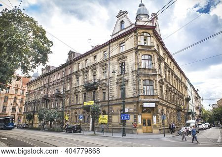 Warsaw, Poland, August 2017: Beautiful Corner House In Warsaw. Tourists Walk The Cobbled Streets