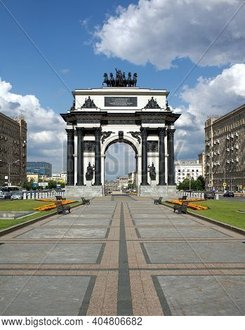 Moscow. Russia - July The 10th 2015: Triumphal Arch On Kutuzovsky Prospekt On A Bright Sunny Day, Fr