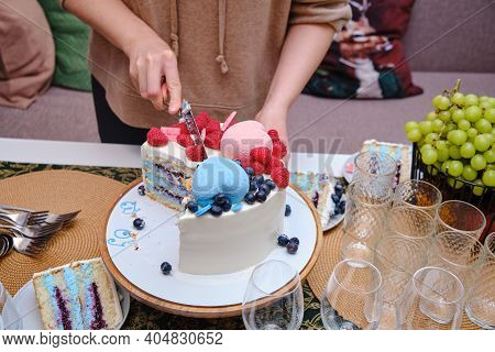 Pregnant Woman Cuts The Cake Into Gender Party To Determine The Sex Of The Baby, Boy Or Girl