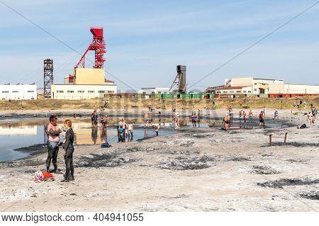 Sol-iletsk, Russia, 27.08.2020. View Of The Beach On Mud Salty Lake Tuzluchnoye. Tourists Are Treate