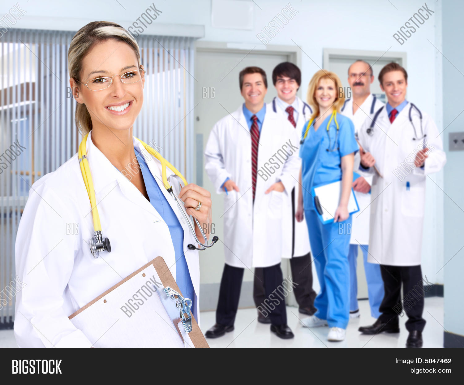 roles of doctors & nurses essay The roles and responsibilities of nurses are many and can be varied pending on the actual role in basic terms they are responsible for the treatment and recovery of sick and injured patients they are also involved in health maintenance and treating people in life threatening situations.