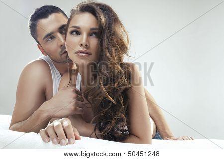 Junge glückliche Paar im Bett