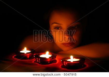 Frau auf der Suche auf drei Kerzen