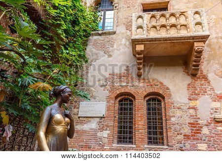 Juliet staue and balcony by Juliet house, Verona, Italy poster