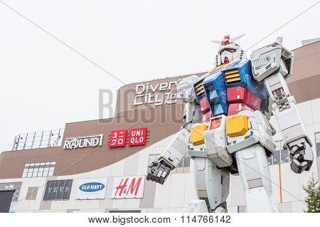 Statue of Gundam at DivercCity
