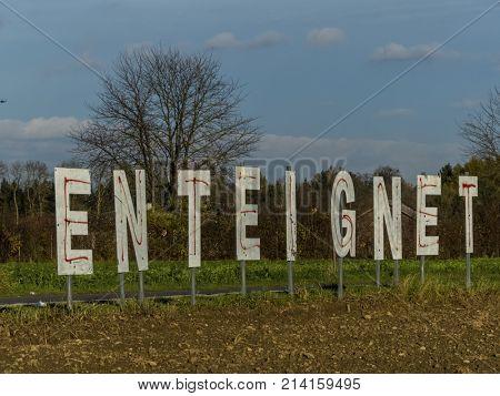lettering enteignet on a field