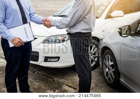 Customer shake hand with auto insurance agents after agreeing to terms of insurance.