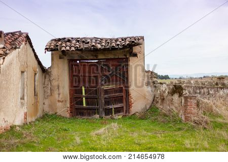 Old house deteriorated by the passage of time
