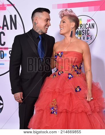 LOS ANGELES - NOV 19:  Carey Hart and Pink arrives for the 2017 American Music Awards on November 19, 2017 in Los Angeles, CA