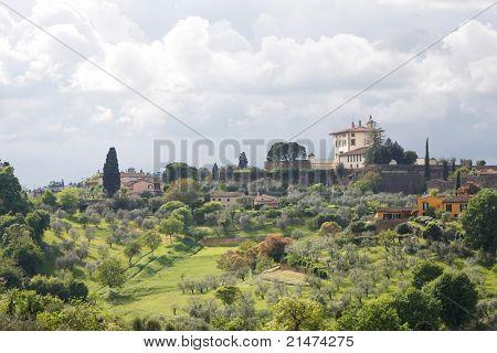 美丽的意大利别墅俯瞰托斯卡纳丘陵