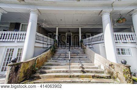 Charleston, South Carolina, Usa - February 22, 2021: Exterior Of The Drayton House Plantation Home O