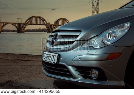 Dnepropetrovsk, Ukraine - 03.15.2021: Car Mercedes-benz R 350. Radiator Grill With Mercedes Icon On