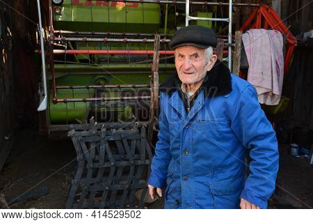 An Elderly Man Tells Interesting Stories