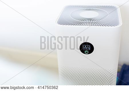 Close-up Of An Air Purifier In The House The Monitor Shows The Pm 2.5 Dust In The Air Is Clean And P