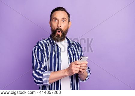 Photo Of Impressed Mature Man Hold Cellphone Incredible Social Media Novelty Isolated Over Violet Co