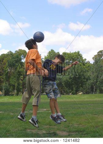 zwei jungen Fußball spielen