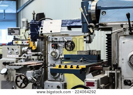 Shop for metal cutting. Metalworking machines, lathes and vertical milling machines.