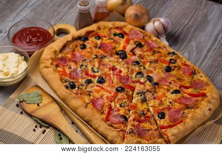 pizza in Italian,home pizza,pizza with olives and sausage and cheese,pizza with a thin dough,old pizza recipe,special pizza,pizza in American style,traditional pizza