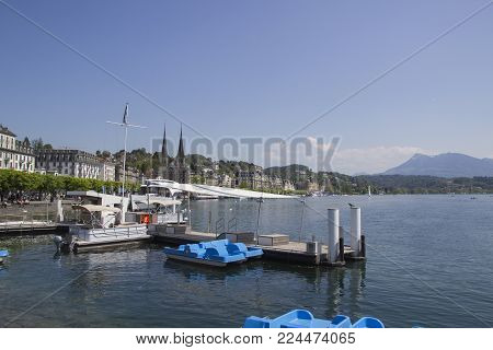 Emptie docks of Lake Lucerne under blue sky and majestic mountains