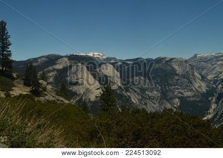 Wonderful Views Of A Forest From The Highest Part Of One Of The Mountains Of Yosemite National Park. Nature Travel Holidays. June 29, 2017. Yosemite National Park. Mariposa California. USA. EEUU.