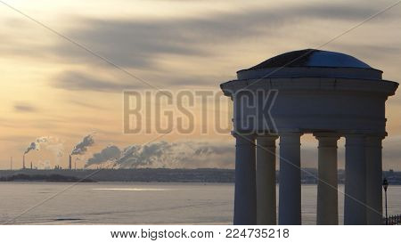 Photo of the rotunda on the Saratov embankment, made in a frosty day.
