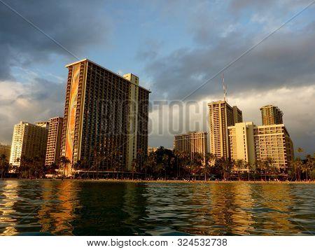 Waikiki - September 10, 2017: Hilton Hawaiian Village Waikiki Beach Resort And People On The Kahanam